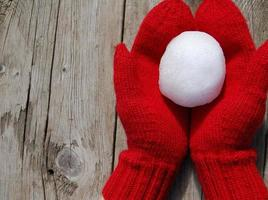 rote Fäustlinge mit Schneeball