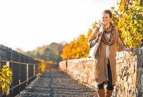 feliz, mujer joven, ambulante, en, otoño, parque