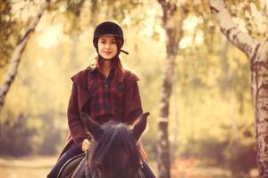 jovem mulher e cavalo