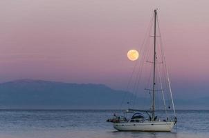 barco a la luz de la luna foto