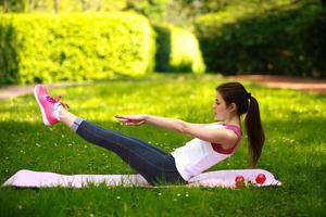 mulher esportiva alongando, fazendo exercícios ao ar livre