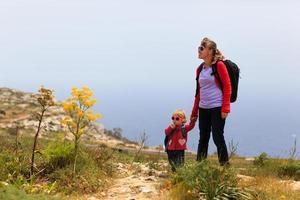 mãe com filha viajando nas montanhas