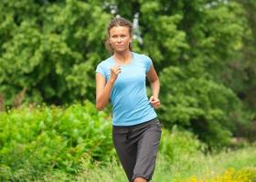 mulher atleta correndo ao ar livre