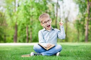 niño feliz con libros foto