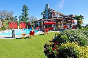 piscina en el patio trasero con cocina al aire libre
