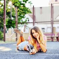 hermosa niña muy sonriente posando al aire libre