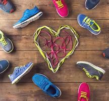 uma mistura de tênis de corrida com um coração no meio