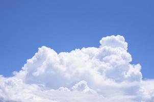 nube esponjosa y cielo azul foto