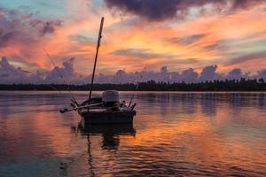 vívido cielo matutino con bote flotante