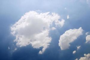 o lindo céu com nuvens brancas.