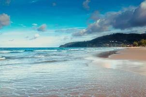 playa tropical y cielo azul en phuket