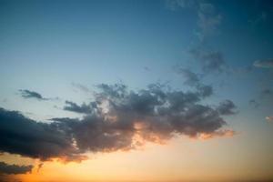 coucher de soleil bleu ciel et nuages