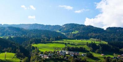 prados verdes brillantes y cielo azul foto