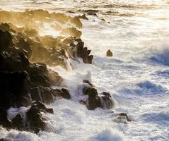 costa agitada con olas gigantes