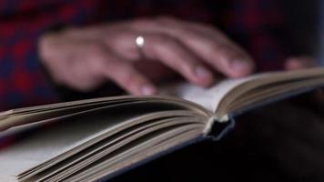 homem lendo o livro