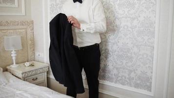 Der Bräutigam trägt drinnen einen Anzug. männliches Porträt des gutaussehenden Mannes.