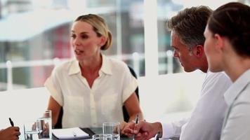 wütende Geschäftsfrau, die Kollegen anschreit video