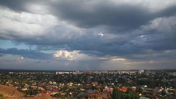 il temporale si raccoglie sulla città