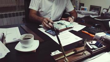 diretor na mesa, revisando documentos comerciais, documentos rasspisyvaesya.