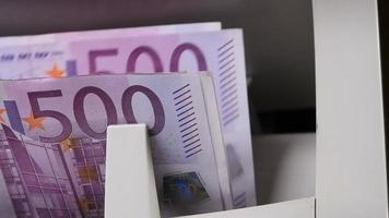 Geldzählmaschine. Banknotenzähler zählen fünfhundert Euro-Scheine