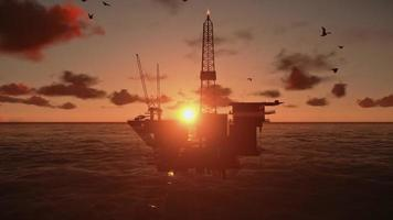 plataforma de petróleo no oceano, belo pôr do sol em timelapse video