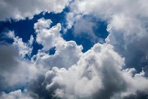 cielo azul con primer plano de nubes foto