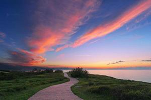 camino cerca del mar