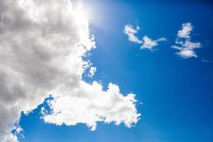 cielo azul con fondo de nubes