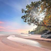 hermosa playa con cielo colorido, tailandia