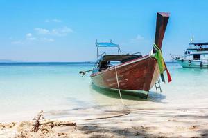 boot op het strand en de blauwe hemel