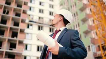 o engenheiro olha a construção da casa video