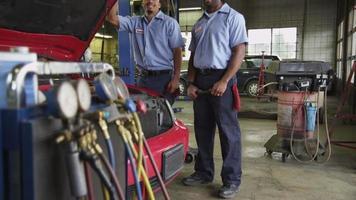 Retrato de dos mecánicos de automóviles en la tienda