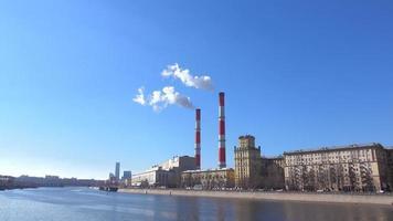 elektrische Anlage und Rauch von Schornsteinen gegen blauen sonnigen Himmel erhitzen. Fullhd Schuss