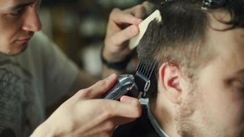 barbiere taglio e modellazione dei capelli con trimmer elettrico video