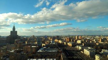 Moskau bewölkter Himmel Zeitraffer. leningradsky prospekt avenue. Höhenschuss