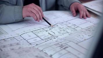 Architekt arbeitet mit Blaupause