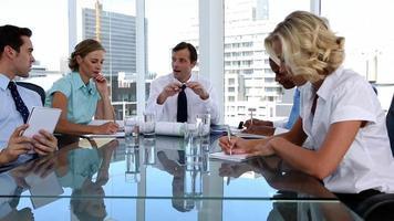 equipe de trabalhadores durante uma reunião