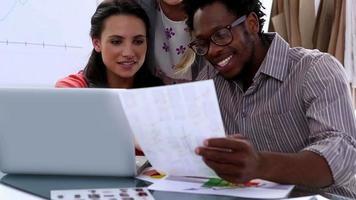 editores de fotos trabalhando em um laptop video
