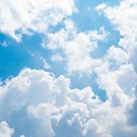 nubes en el cielo azul foto