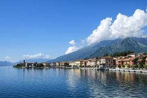 ciudad en el lago de como bajo un cielo azul foto