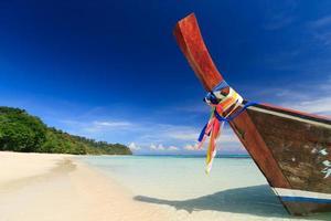 bote de cola larga contra el cielo azul. isla de koh rok,