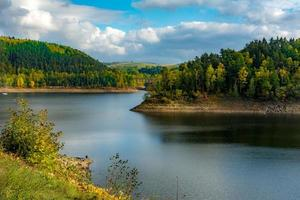 Vista otoñal del lago Pilchowickie, Polonia foto