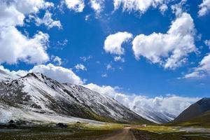 la carretera con montañas nevadas en el tíbet foto
