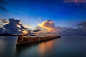 larga exposición del amanecer en phuket, tailandia