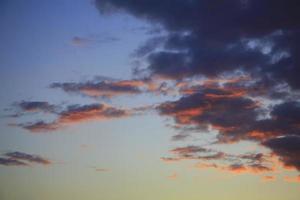 nubes coloreadas por el sol poniente