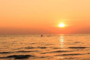 vista panorámica de la hermosa puesta de sol sobre el mar foto