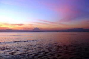 puesta de sol y monte fuji, japón. foto