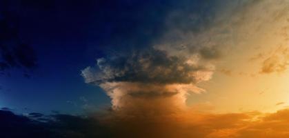 nube en forma de hongo foto