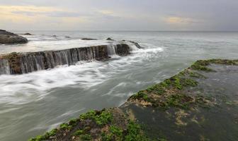 Lúgubre paisaje marino en Tanah Lot, Bali, Indonesia