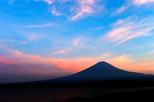 monte. fuji del hermoso resplandor vespertino del lago kawaguchiko foto